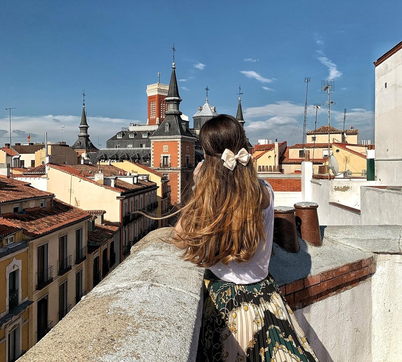 Lora Galeva disfrutando de las vistas del balcón